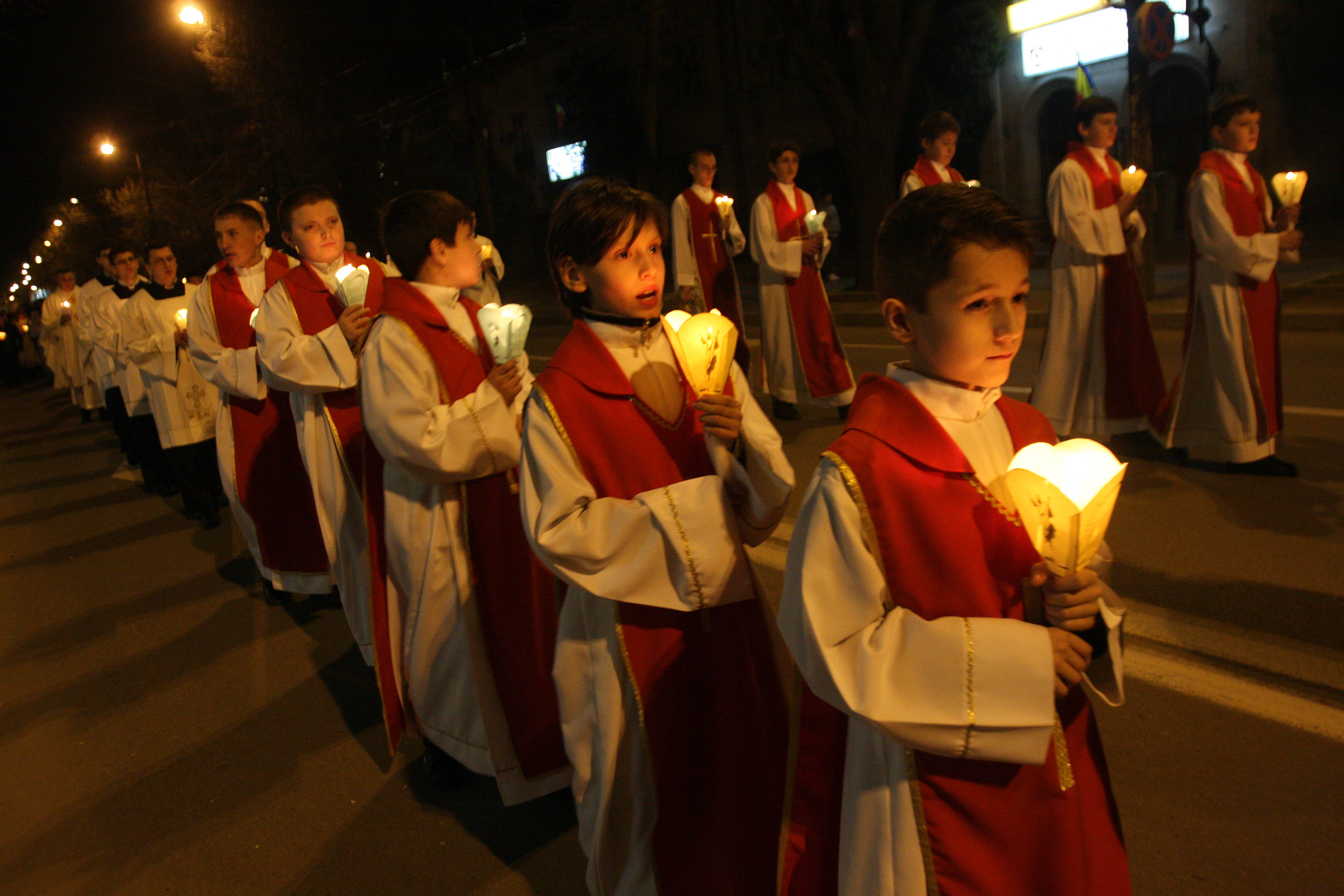 Hristos a inviat! Milioane de romani au participat la slujba de Inviere