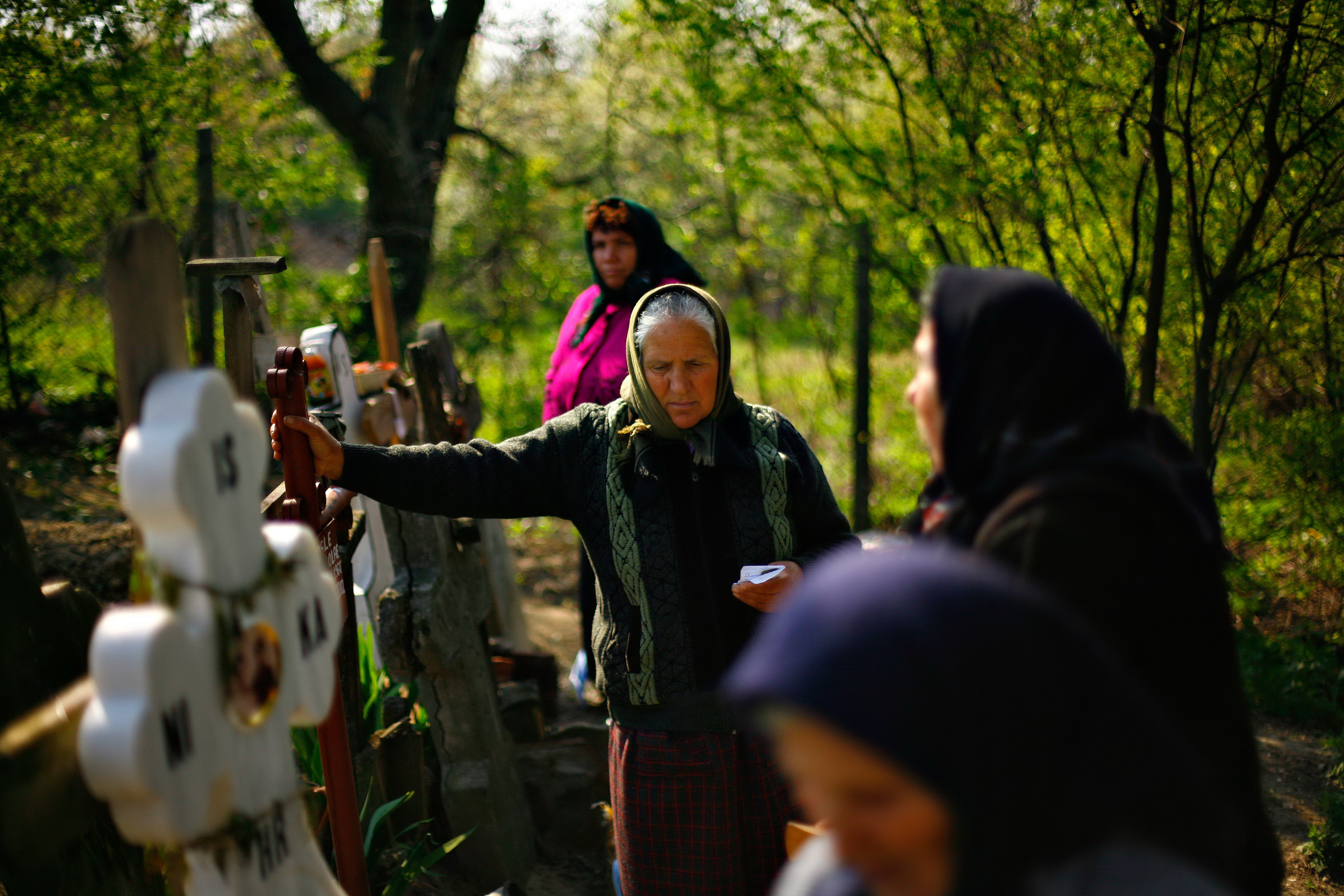 Pastele Blajinilor: concurs intre preoti si lautari in cimitirele din tara