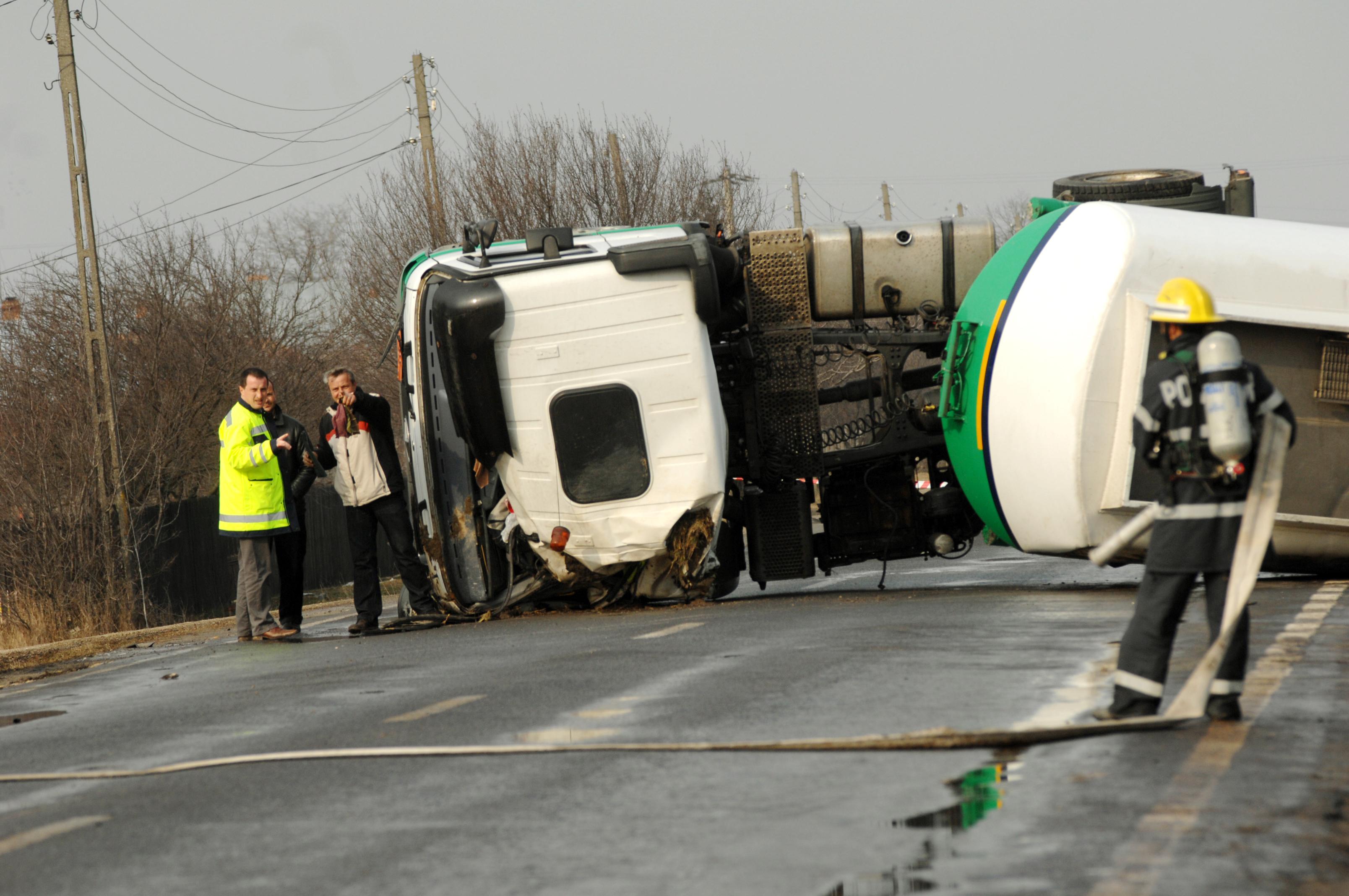 Un autocar a intrat intr-o cisterna pe Valea Oltului. Trei raniti