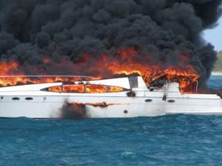 Un yacht de 20 de metri a ars complet intr-un incendiu devastator