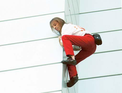 Spiderman a incercat sa escaladeze o cladire de birouri din Paris