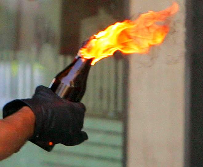 Atac cu cocktail Molotov in Mehedinti. Masina presedintelui PDL Orsova, incendiata in fata casei sale