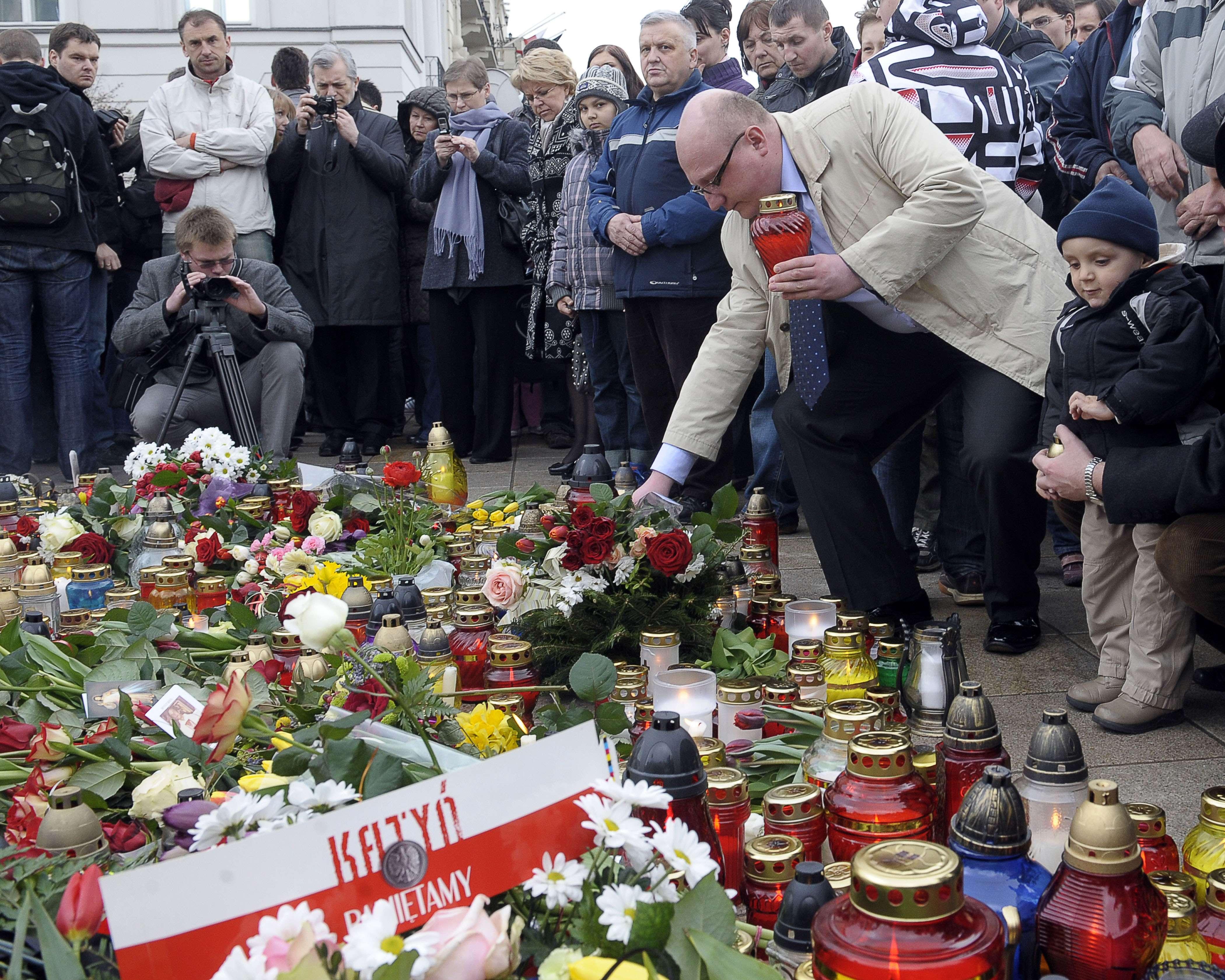 Ambasada Poloniei din Romania, in doliu! Zeci de oameni au aprins lumanari