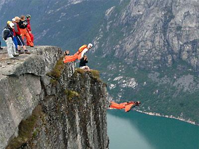 Nu incercati asa ceva acasa! Base jumping de pe cele mai inalte stanci!