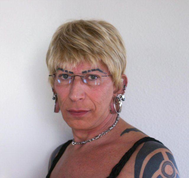 Barbat sau femeie? Fund de mascul, sani de dama! Tu ce crezi ca e?