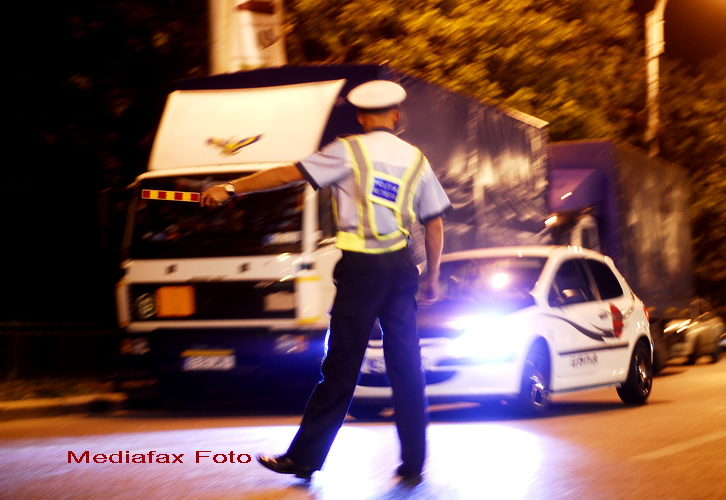 SOCANT. Nervi de sofer roman: l-a luat pe politist pe capota masinii. VIDEO