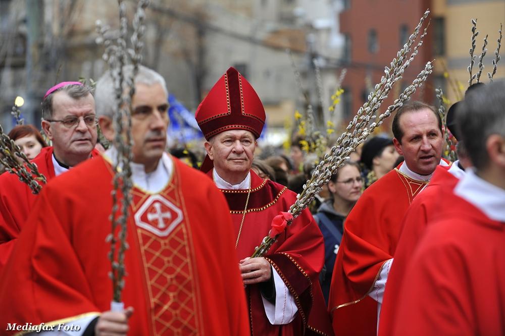 Mii de catolici au infruntat ploaia si au participat la procesiunea din duminica Floriilor