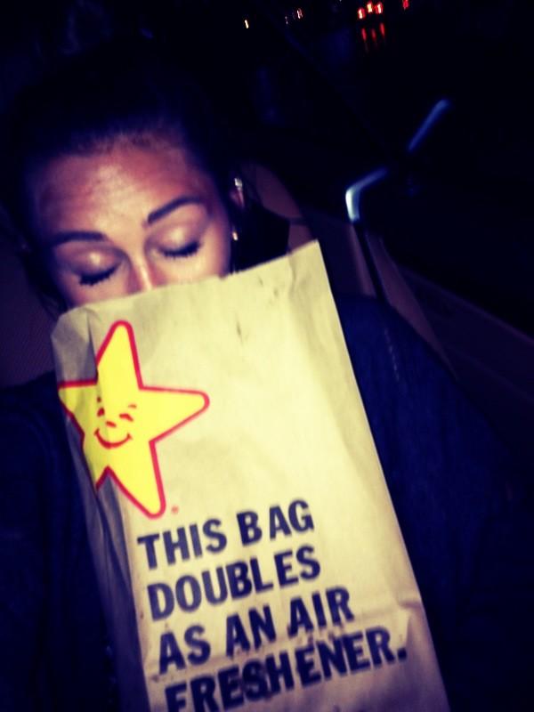 Poza cu o punga de hamburgeri de la un fast-food a provocat panica printre fanii acestei vedete