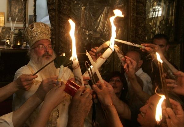 HRISTOS A INVIAT! Lumina Sfanta, un miracol al Ortodoxiei, a ajuns cu emotii in Romania