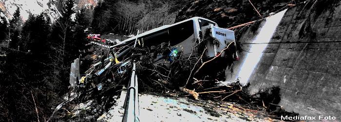 Gropile de pe DN 73, cauza accidentului din Arges, unde un autobuz a cazut de pe o pasarela
