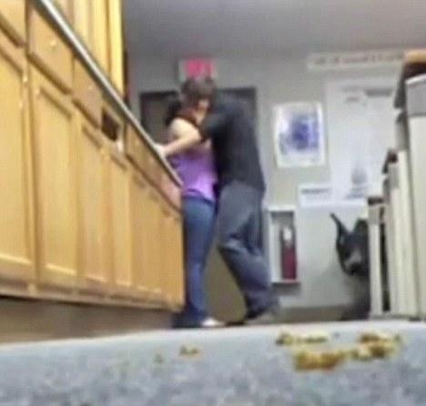 Un director, prins cu secretara pe birou de o eleva. Dovada, publicata pe YouTube. Video