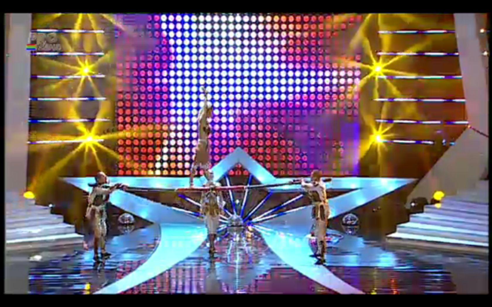 ROMANII AU TALENT, a treia semifinala. Trupa Corina, numar spectaculos de acrobatii