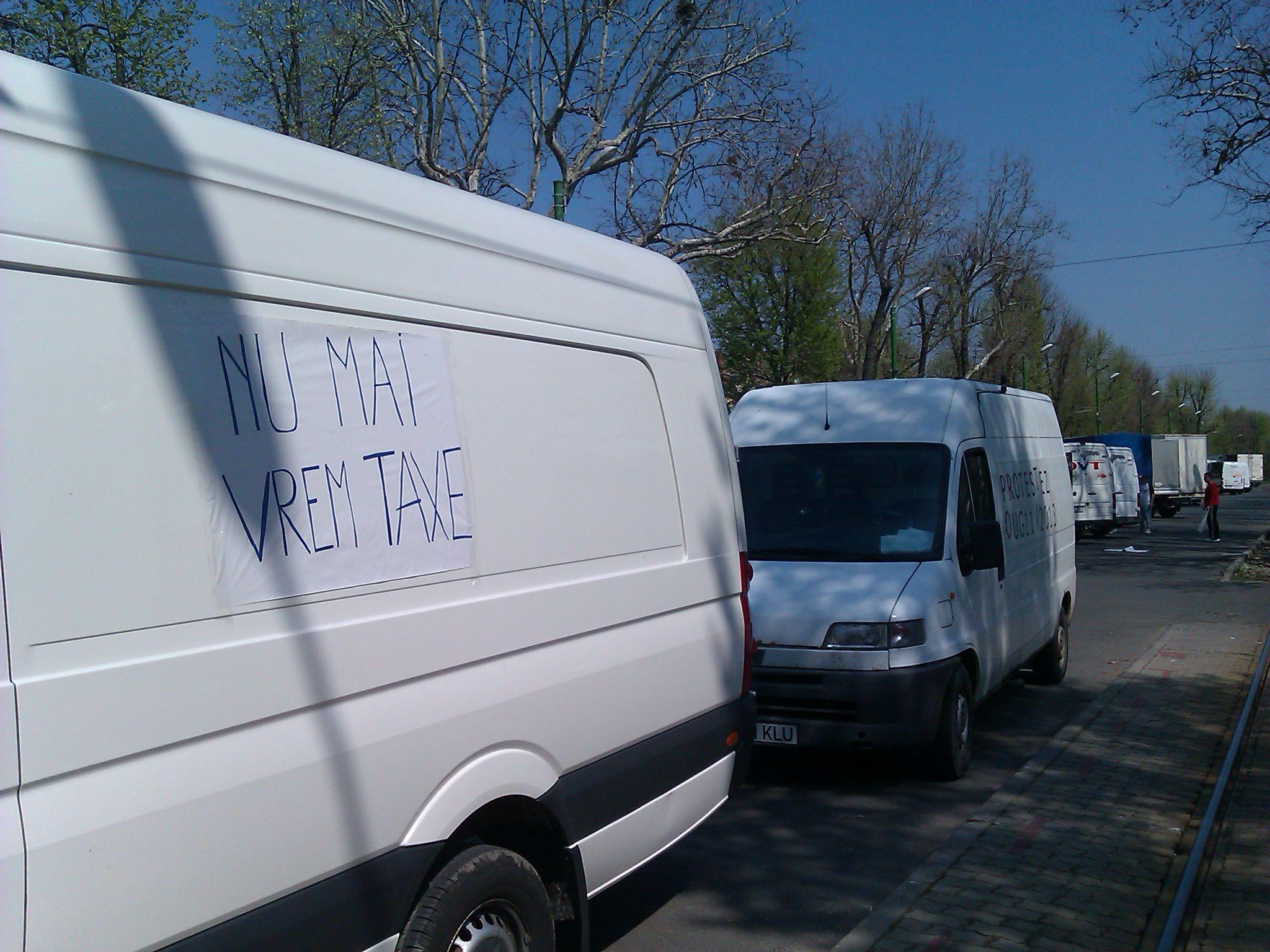 Protest fata de noi taxe. Zeci de transportatori si-au scos microbuzele si camionetele in strada