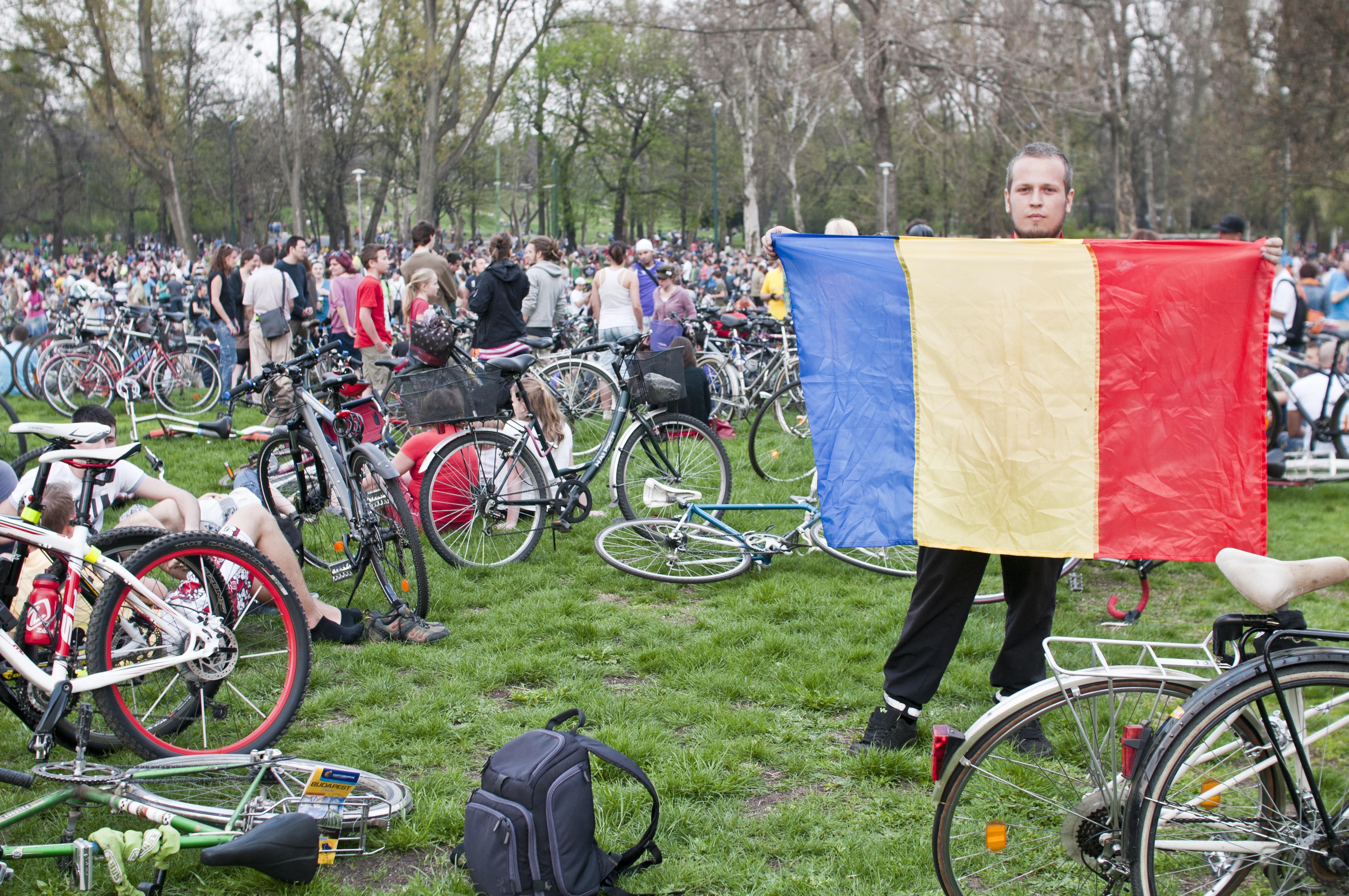 Patru timisoreni au dus steagul Romaniei la cel mai mare eveniment ciclist din Ungaria. FOTO