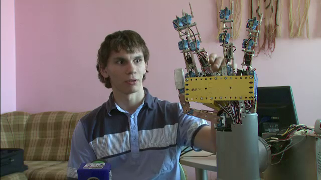 Inventia geniala a unui roman de 17 ani din Calarasi.Cum functioneaza mana bionica pentru surdo-muti