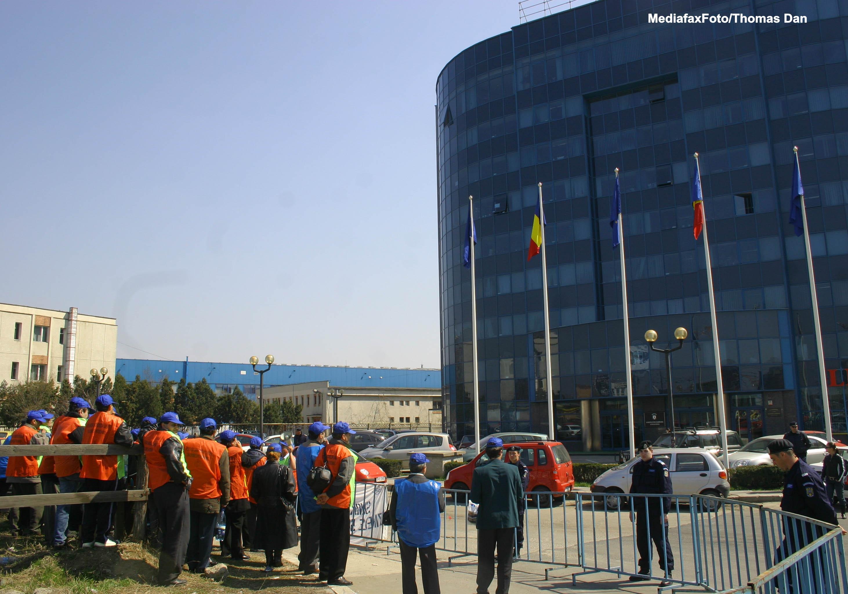Salariatii US Govora au fortat intrarea in sediu, unde aveau loc negocieri. Doi grevisti au lesinat