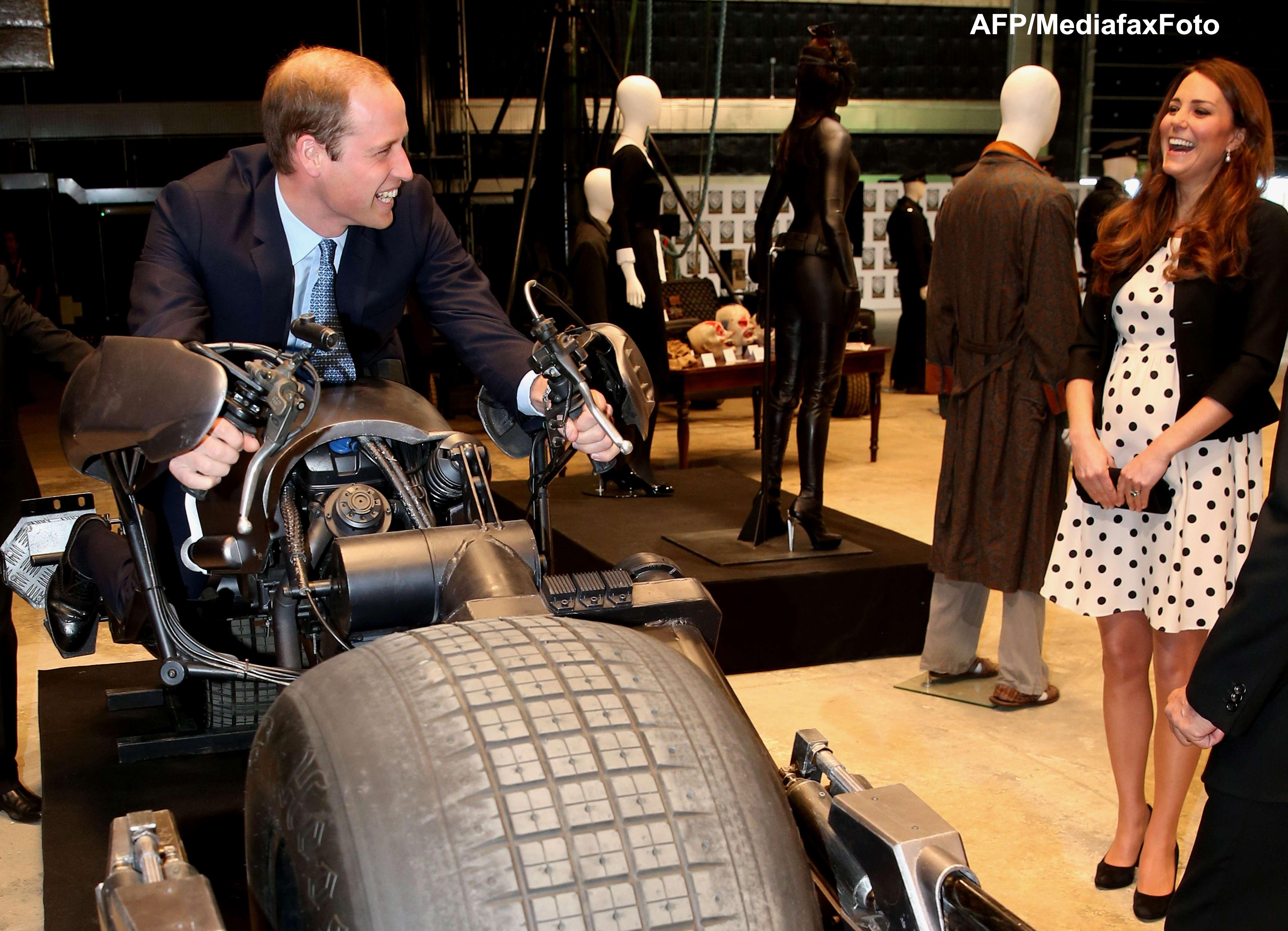 Printul William s-a urcat pe motorul lui Batman si a folosit bagheta lui Harry Potter. VIDEO