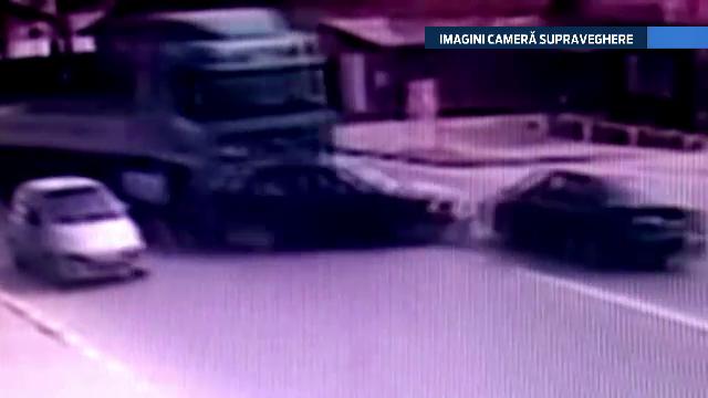 ACCIDENT FILMAT. Patru masini s-au ciocnit in lant, ca intr-un joc de popice, dupa manevra imprudenta a unei soferite