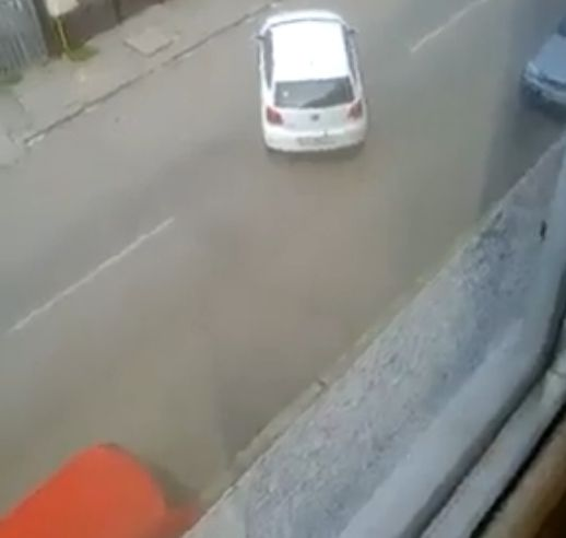 Imagini amator. Cat timp ii ia unei soferite sa isi parcheze masina, pe o strada din Constanta