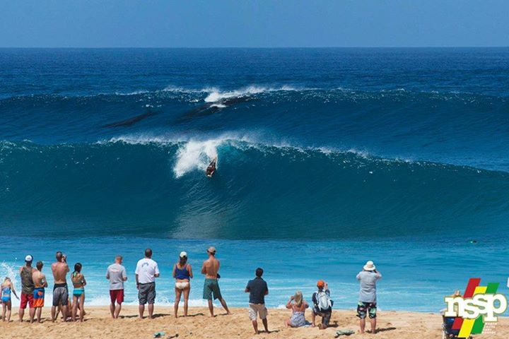 Imagine fantastica surprinsa in spatele unui surfer in Hawaii. Ce se vede in aceasta fotografie