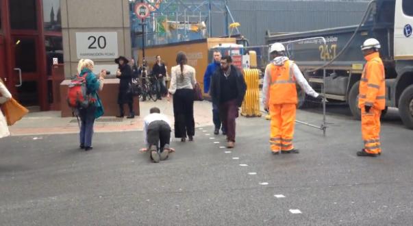 Scena ciudata in Londra. O femeie a plimbat un barbat in lesa, ca pe un caine, prin centrul orasului. VIDEO