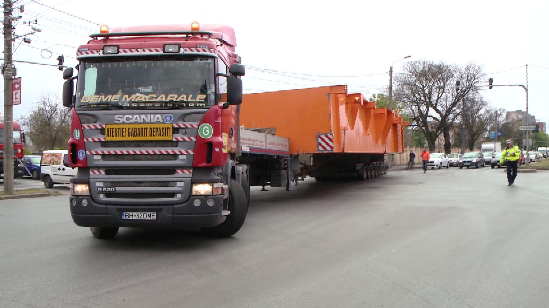 Platforma unei macarale de 100 de tone a plecat astazi din Timisoara spre Tulcea. Traficul a fost blocat. FOTO