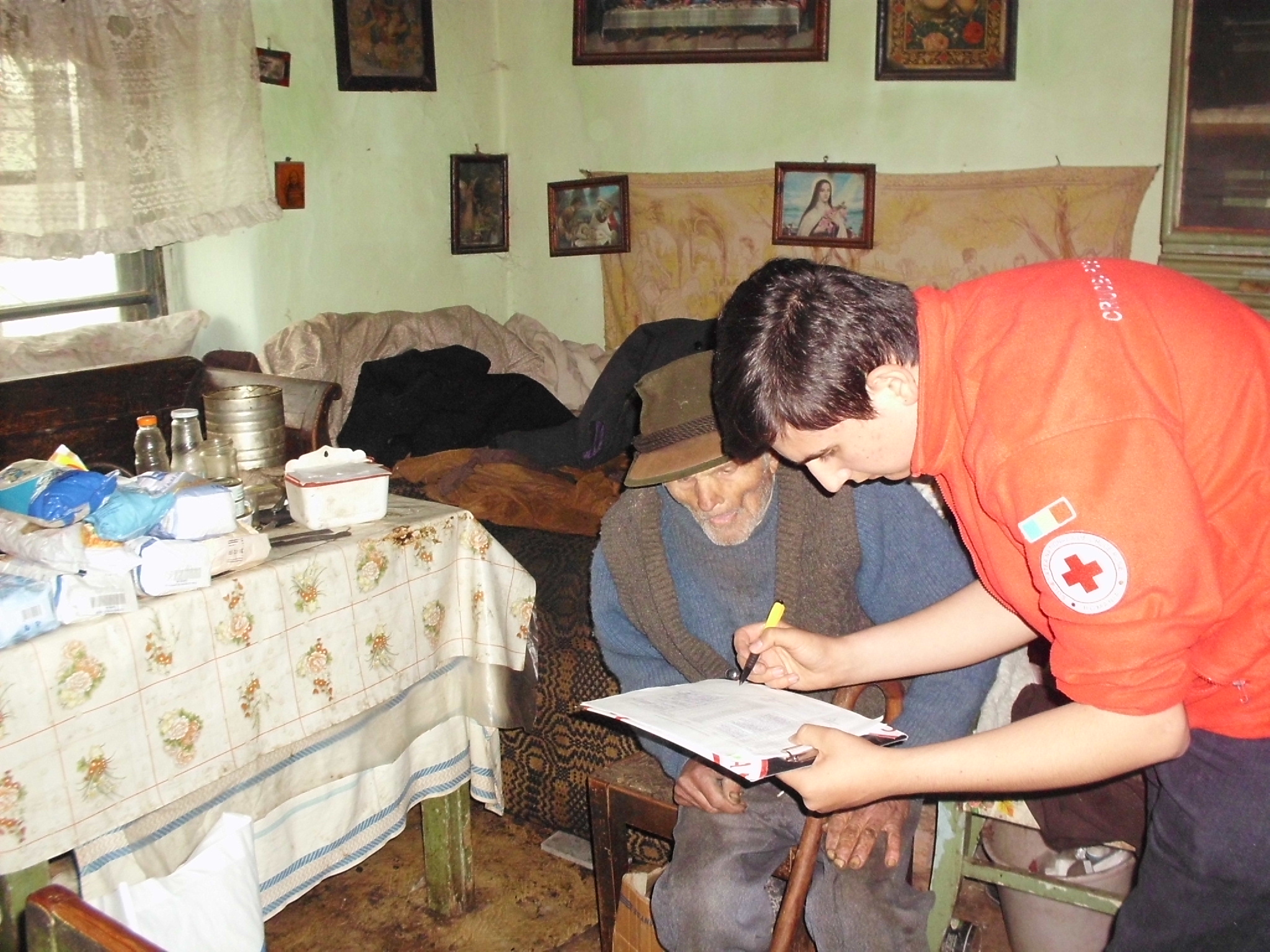 120 de familii defavorizate din judetul Cluj au primit alimente pentru masa de Pasti