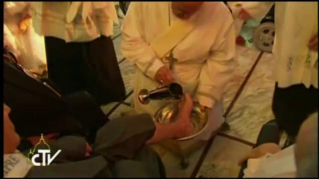 Papa Francisc a spalat si sarutat picioarele a 12 persoane, in Joia Mare. Printre alesi s-au aflat o femeie si un musulman