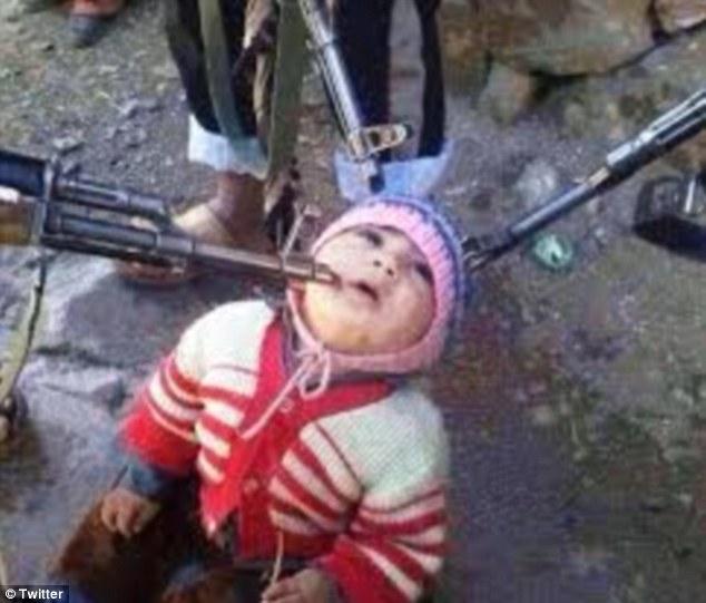 Imaginea socanta a unui razboi sangeros sau unealta de propaganda? Un copil, in genunchi, amenintat de rebeli sirieni