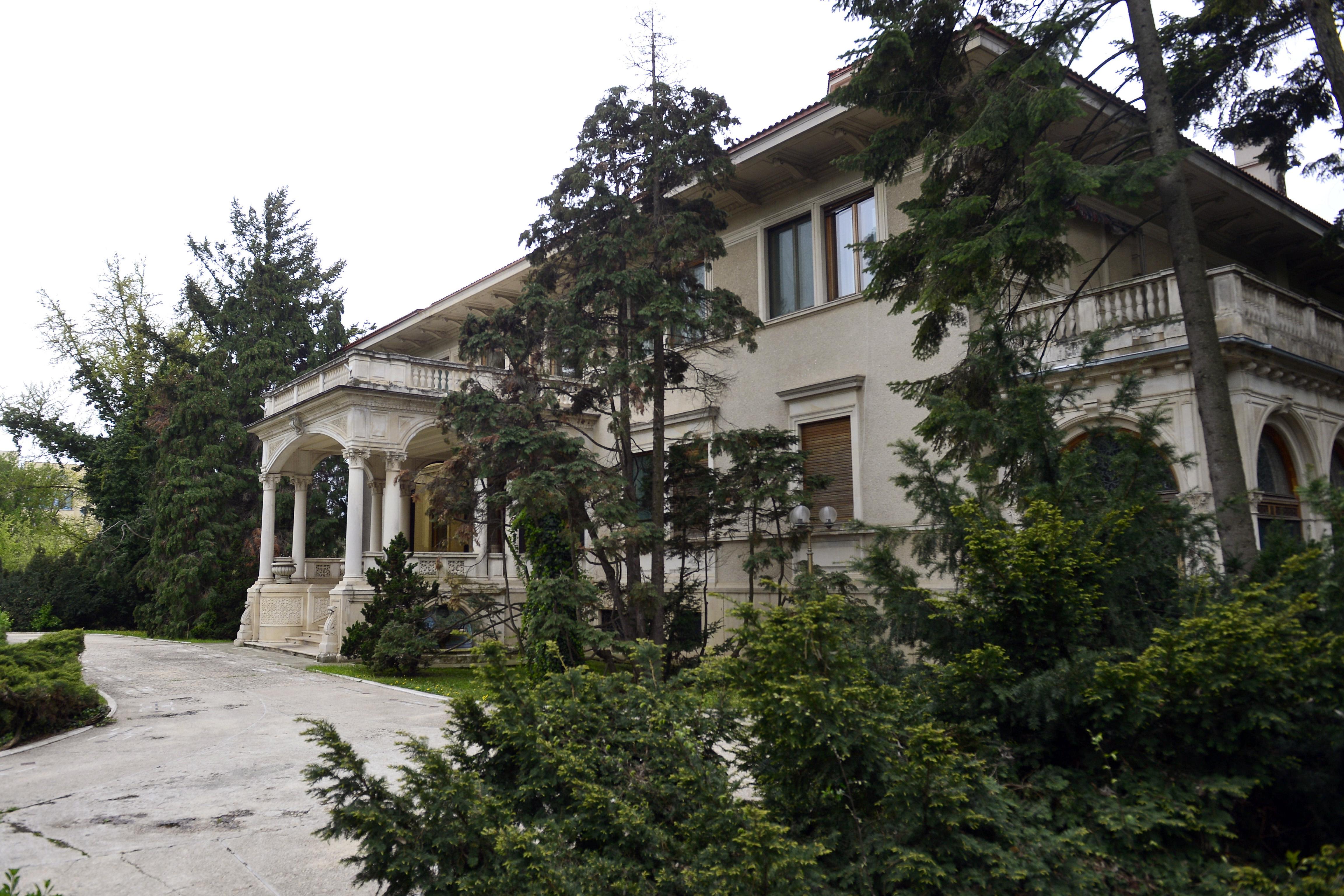Fostul palat al lui Nicolae Ceausescu a devenit o povara pentru statul roman. Cum arata in interior vila de milioane de euro