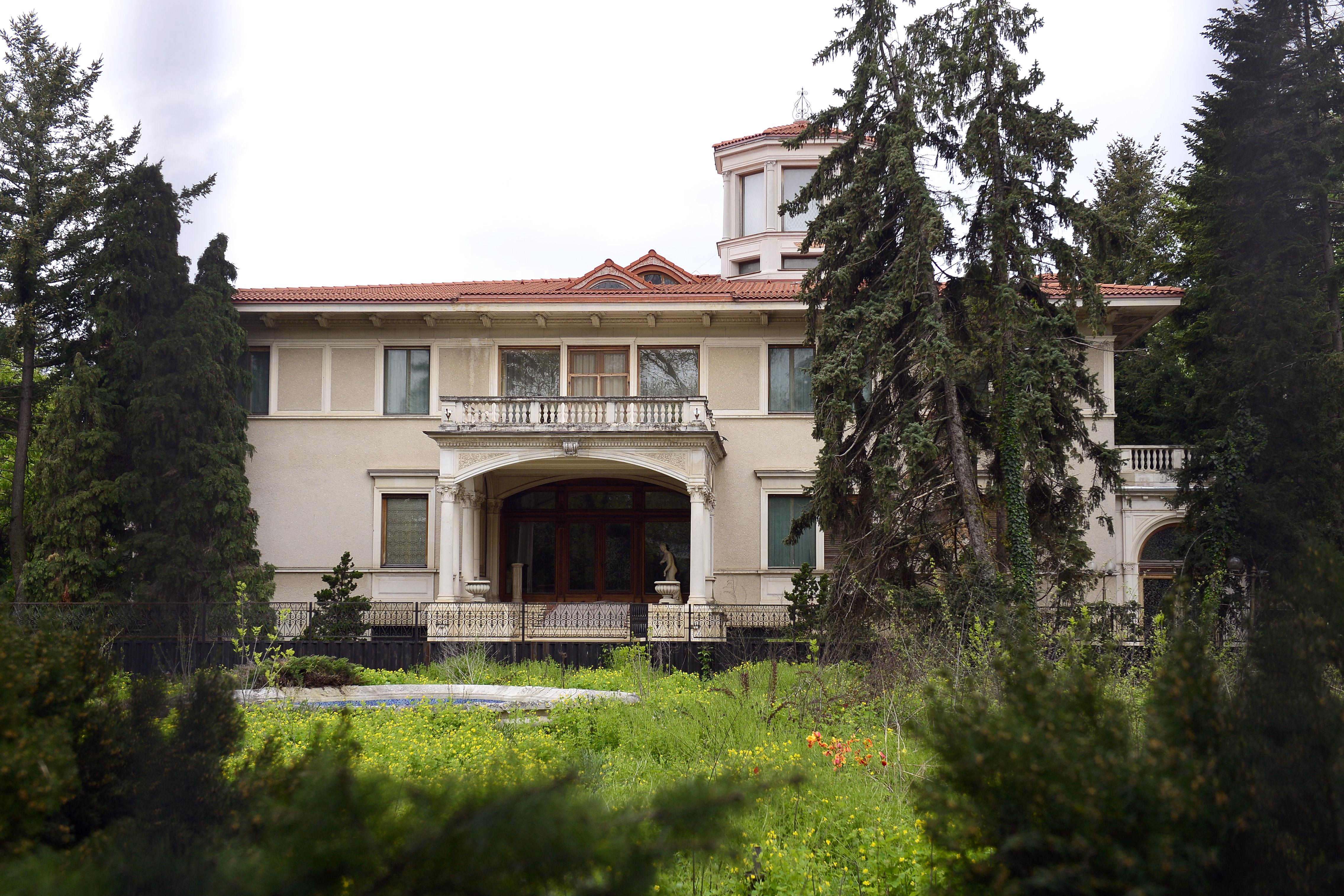 Aproape 1.000 de romani au venit sa vada Palatul Primaverii. Primele imagini cu resedinta de lux a sotilor Ceausescu