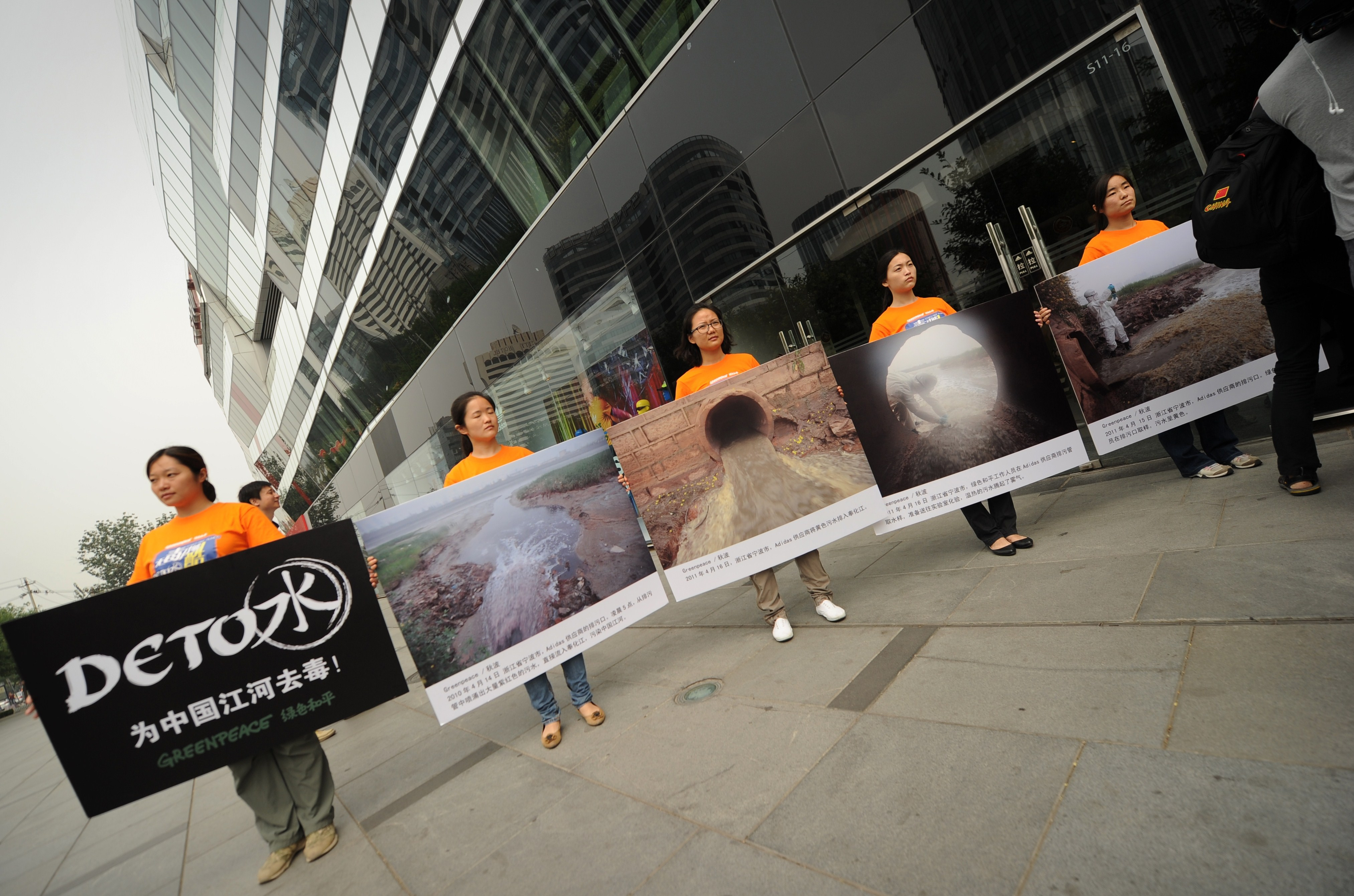 50.000 de muncitori chinezi acuza ca sunt exploatati de Adidas. Au declansat una dintre cele mai mari greve din istoria tarii