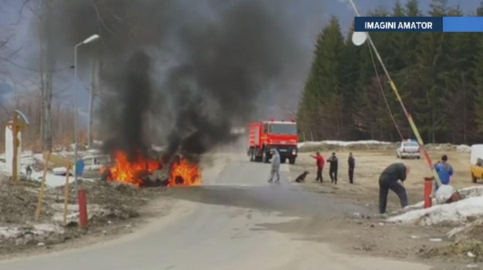 O masina de teren a luat foc in traficul din Valea Jiului. Soferul, salvat de un barbat care a vazut scantei sub autovehicul