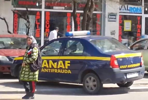 VIDEO Clipul zilei: Facturi de vanzare, langa masina ANAF