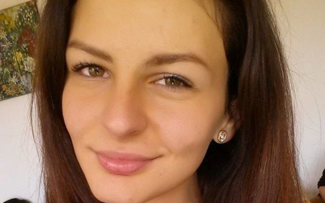 Tanara de 16 ani, lovita de un sofer inconstient si lasata in strada. Dora este in coma si are urgent nevoie de sange