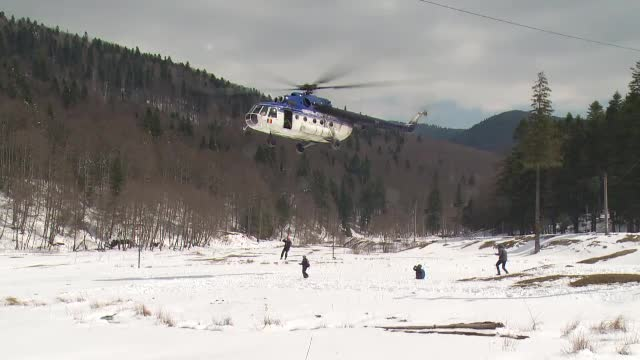 Exercitii cu ajutorul elicopterului, in muntii Bucegi. Jandarmii montani se antreneaza in cautare si salvare