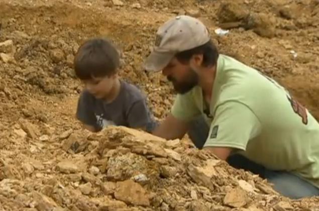 Descoperirea uimitoare a unui baietel de 4 ani, care a gasit fosilele unui dinozaur vechi 100 de milioane de ani