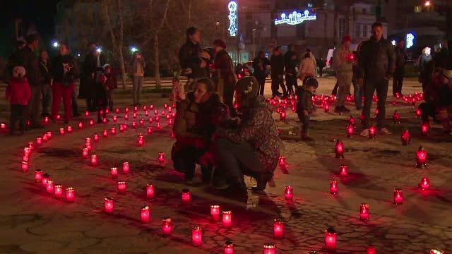 Traditie unica in Romania, pastrata cu sfintenie la Targoviste in Joia Marea. Oamenii au aprins 2016 lumanari