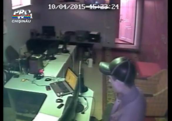 A intrat, a furat si a plecat. Momentul FILMAT in care un barbat fura, in 10 secunde, un telefon, un portofel si un iPod