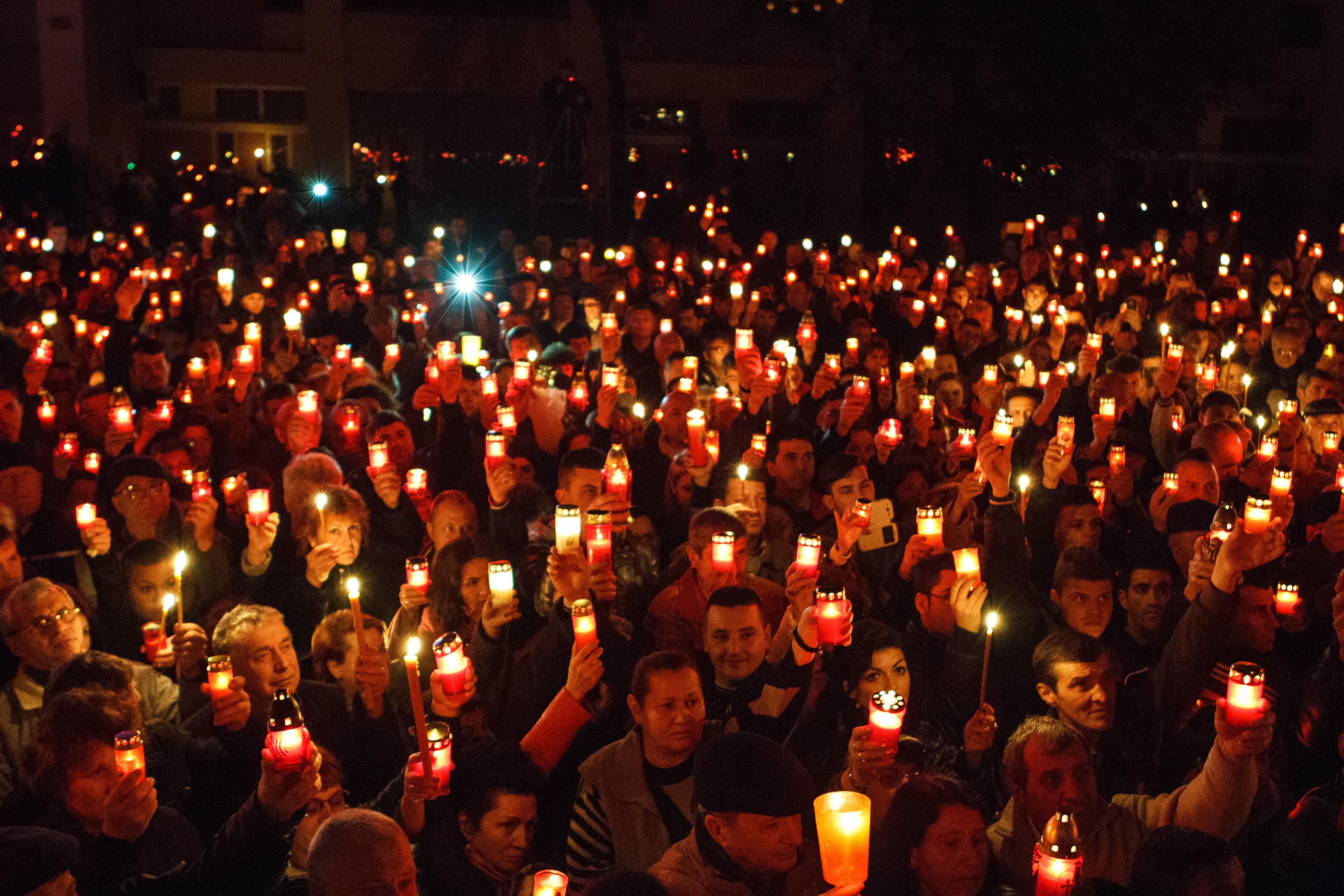 Hristos a inviat! Lumina Sfanta a ajuns in casele romanilor in direct de la Manastirea Curtea de Arges