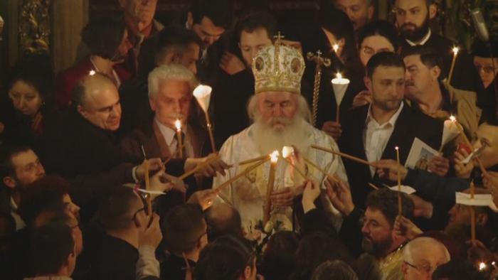 Hristos a Inviat! Cum au trait romanii noaptea de Inviere in marile orase din tara. Credinciosii au dus Lumina Sfanta in case
