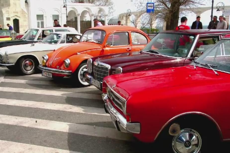 Parade cu masini de epoca in mai multe orase din Romania. Bijuteriile pe patru roti au atras numerosi admiratori
