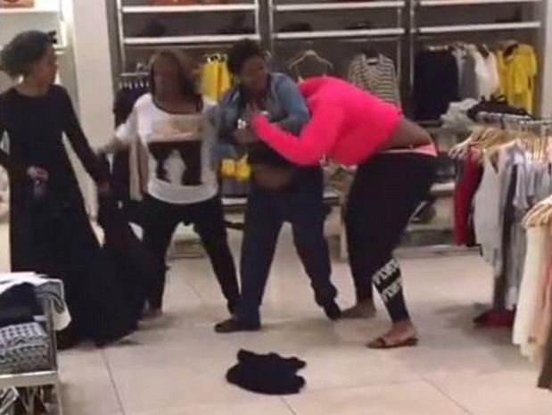 Bataie generala intr-un magazin Zara. Cinci femei s-au lovit si tras de par, iar martorii au filmat momentul. VIDEO