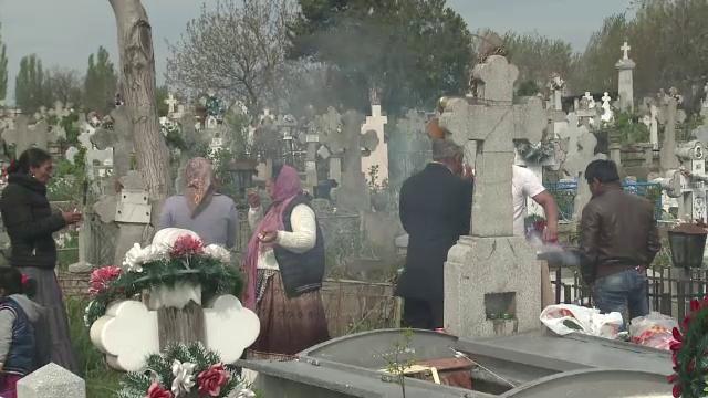 Chef cu gratare si miros de mici, printre morminte. Tiganii au intins mesele prin cimitire, de Pastele Blajinilor