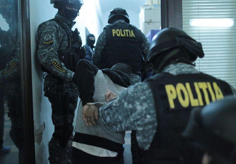 Descinderi la Cluj. Noua tineri au fost ridicati de mascati pentru ca faceau trafic de droguri