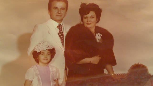 Oana Zavoranu isi dezgroapa tatal natural pentru a ii indeplini ultima dorinta a mamei: sa se odihneasca intre cei 2 soti