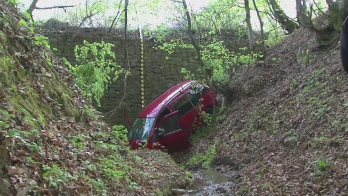 Accident soldat cu doi morti, in Hunedoara. Soferul a adormit la volan si a cazut cu masina intr-o rapa