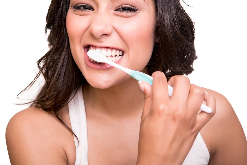 Cele trei greseli pe care le facem cand ne spalam pe dinti. Care sunt primele reguli ale unui periaj dentar corect
