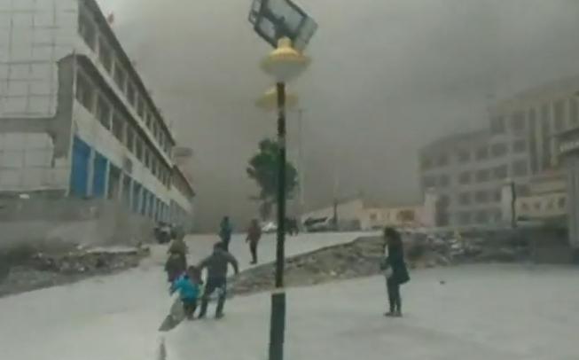 Cum a fost resimtit in Tibet cutremurul din Nepal. Un localnic aflat la 400 de km de epicentru a surprins o avalansa de praf