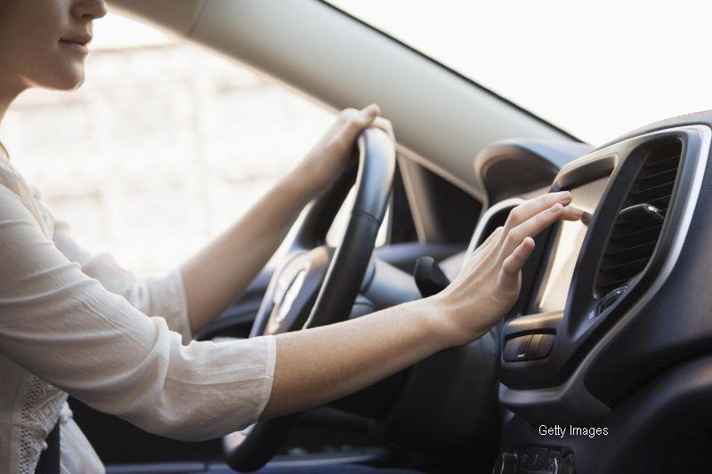Pranz luat in viteza, la propriu. Imaginile in care o femeie conduce cu 80km/h in timp ce mananca paste la volan. VIDEO